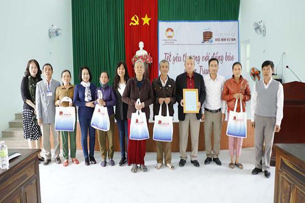 Đoàn Hiệp hội Nước mắm Việt Nam thăm tặng quà bà con Quảng Ngãi